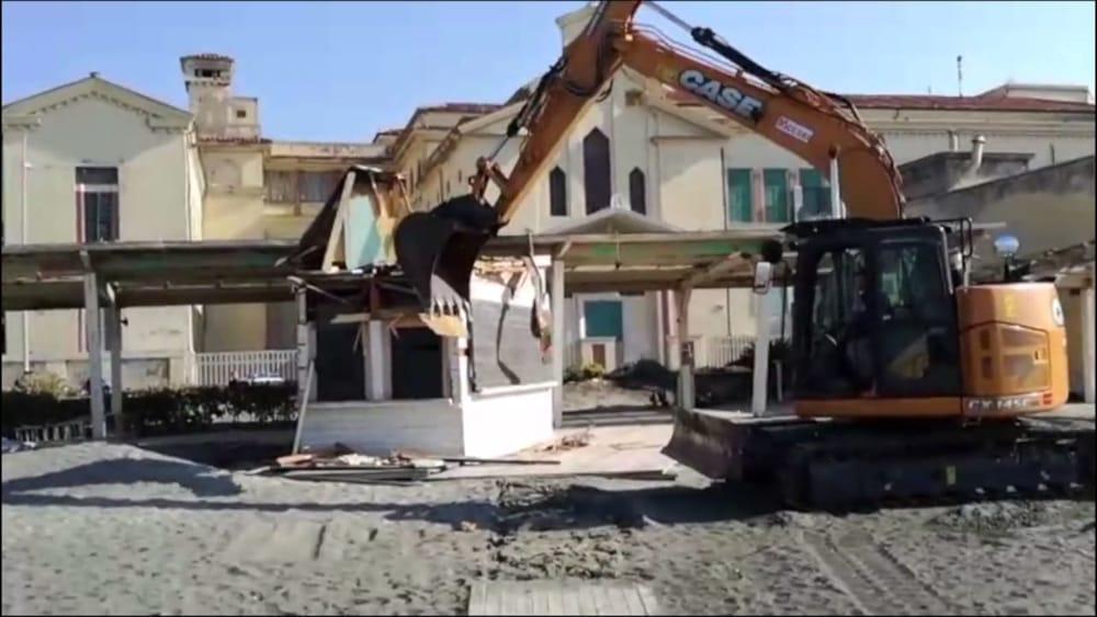 Ostia: demolizione chioschi sulle spiagge libere